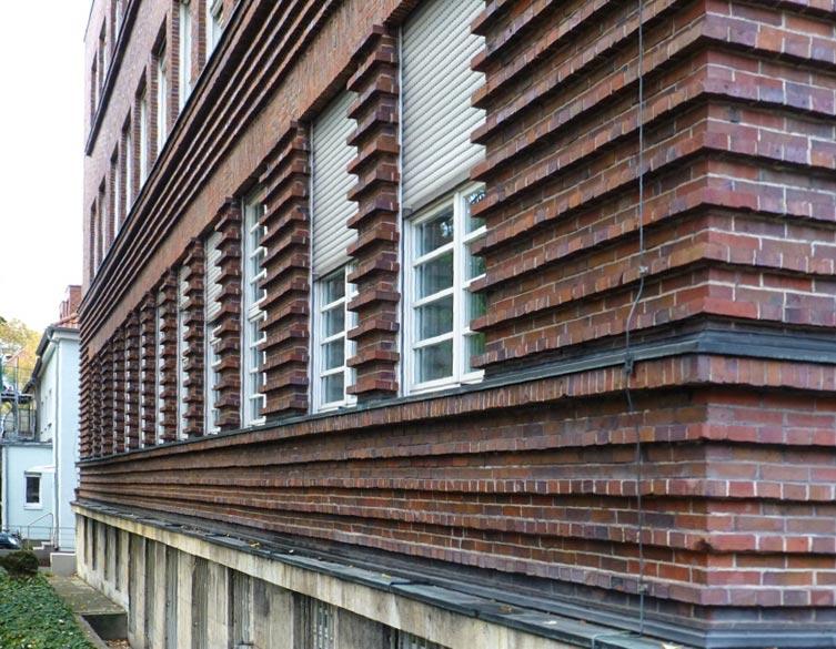 Durch überstehende Klinker wird die Fassade streng waagrecht betont. Foto © Ritter.jpg
