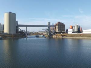 Industriehafen wie ein See, Foto: B. Ritter