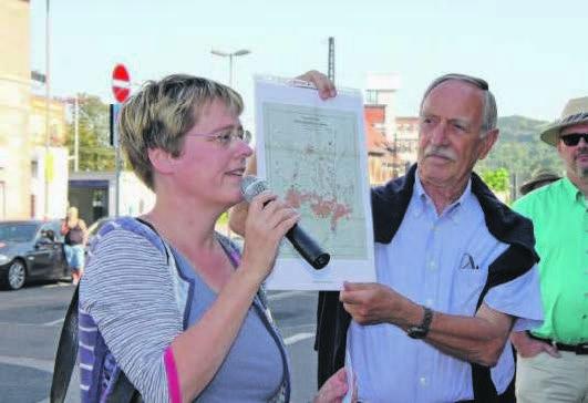 Stadtarchivarin Andrea Rößler führte zusammen mit Silvia Wagner und Jürgen Herrmann entlang der Industrialisierung Weinheims. Fotos: csk