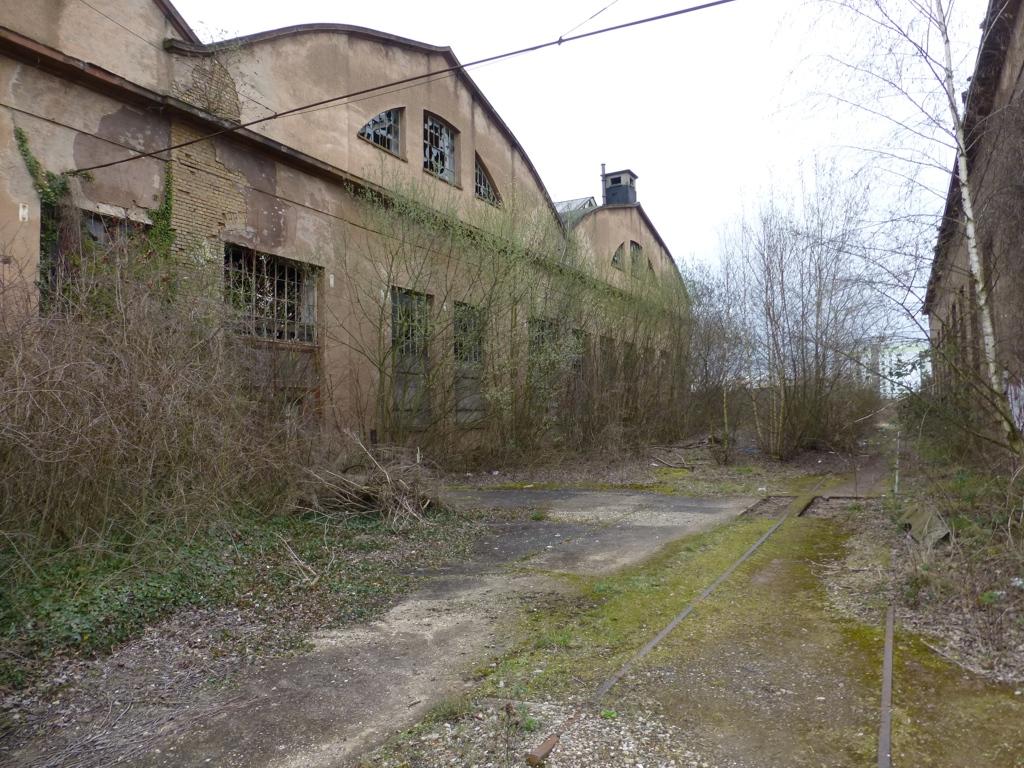 Schienen zwischen den Gebäuden sind noch zu erkennen (Foto B. Ritter 2013)