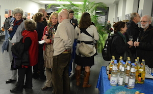 Besucher bei der Ausstellungseröffnung