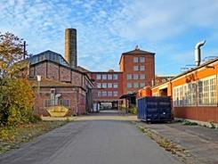 Blick vom Haupteingang mit Kesselhaus, Esse und altes Verwaltungsgebäude2015 (©raumpiraten)