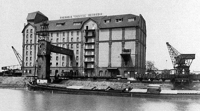 Das 1910/11 erbaute Getreidelagerhaus, Kapazität 15000t, im Industriehafen Mannheim. Foto Hans Graßmück, Mannheim 1921