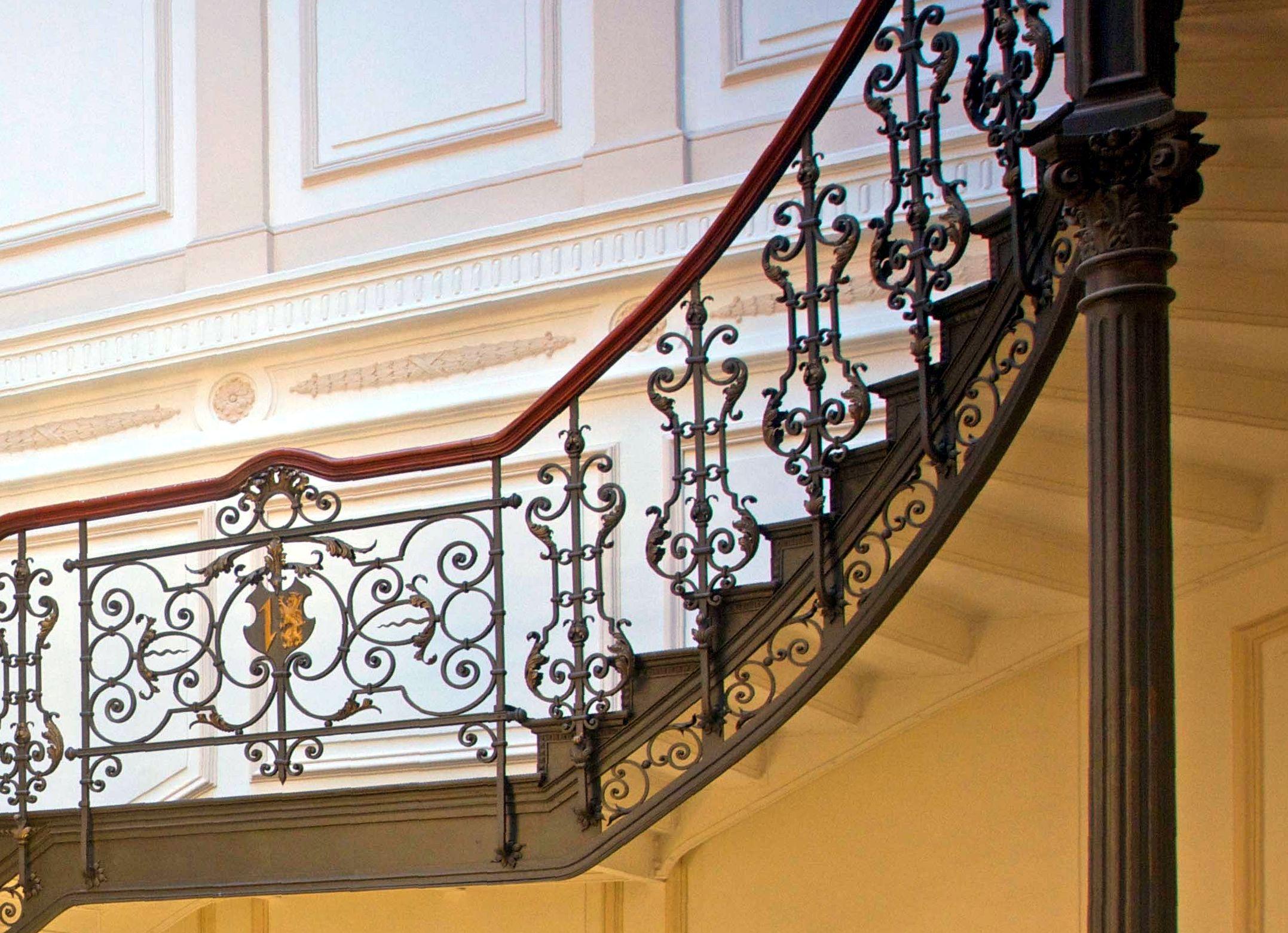 Schmiedeeiserne Gländer an der Galerie und Treppe (Foto Schrimpf)