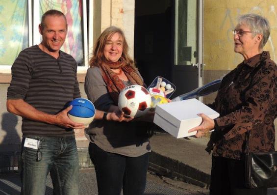 Symbolisch übergab Barbara Ritter vom Verein Rhein-Neckar-Industriekultur einige Bälle und Sportschuhe an Regine Nock-Azari und Stefan Hauschild, die die Flüchtlinge betreuen.