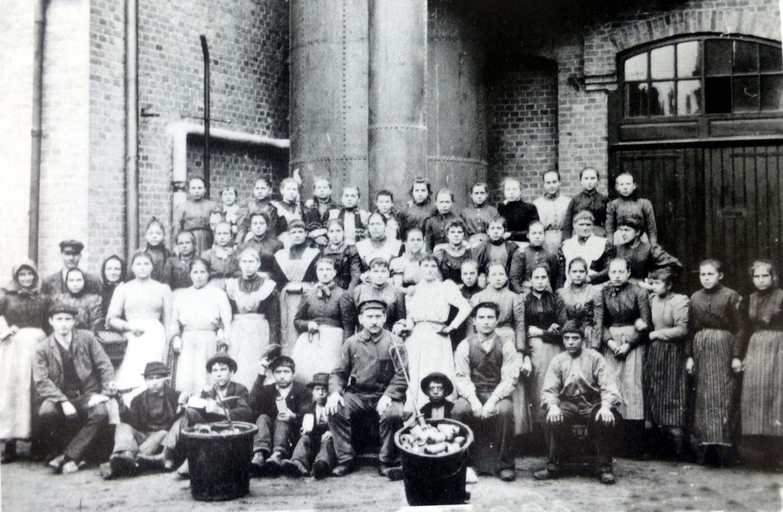 SpinnereiarbeiterInnen um 1900 (Foto aus Heierling)