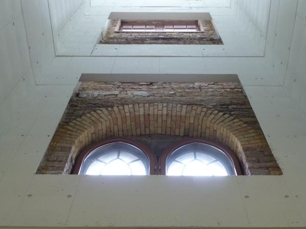 Fenster im Treppenhaus der umgebauten Mälzerei