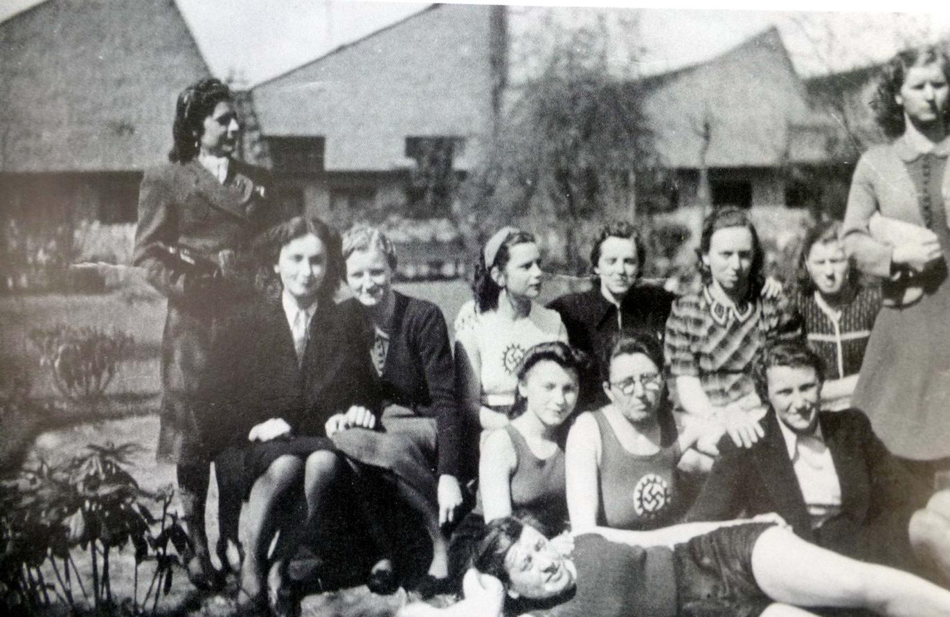 Betriebssportgruppe um 1940, Shedhallen im Hintergrund (Foto aus Heierling)