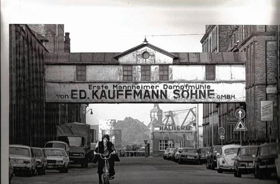um 1960: Verbindungsbrücke zwischen Silo und Mühle (Foto Stadtarchiv)