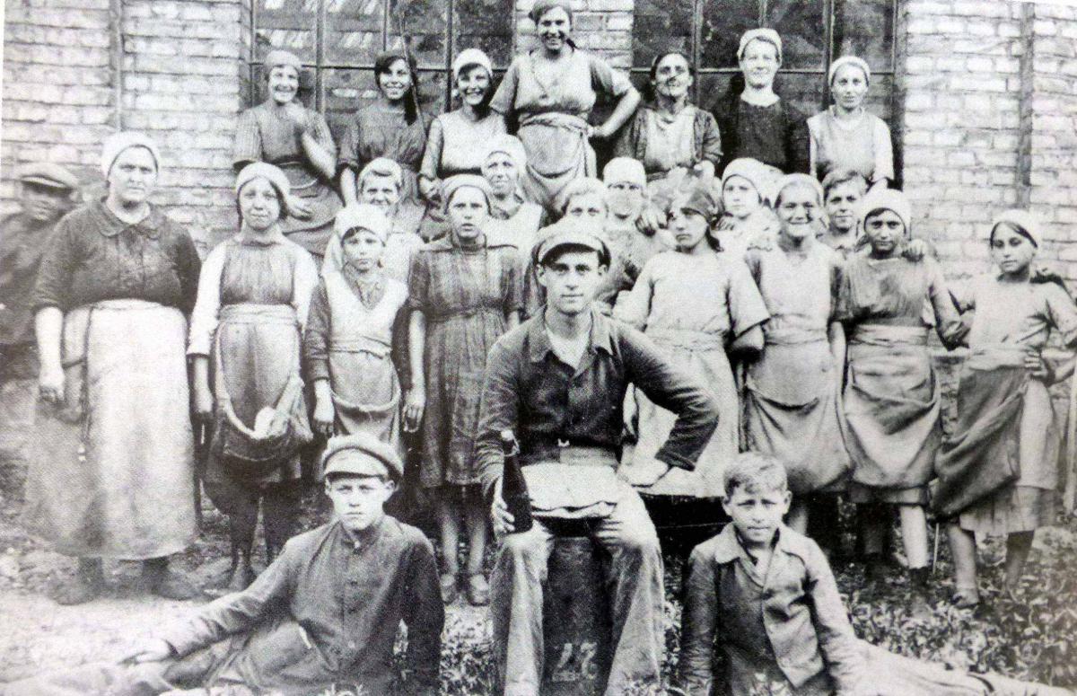 ArbeiterInnen der Abschneiderei - fast noch Kinder