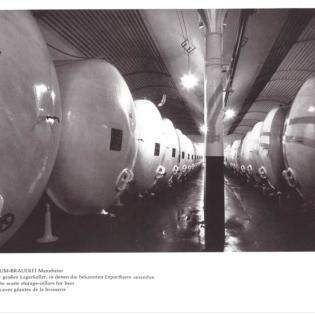 Im alten Lagerkeller mit seinen Gusseisen-Stützen lagert in den 1950er Jahren das Bier in Metallfässern